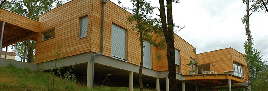 maison en bois sur pilotis
